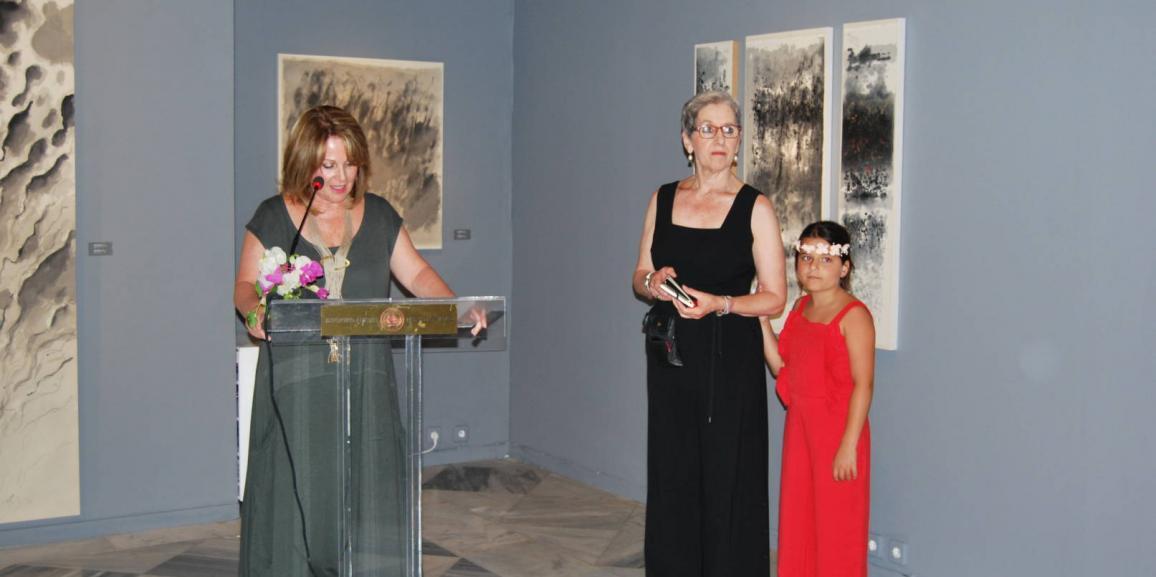 Μεγάλη επιτυχία σημείωσαν το Σάββατο 08 Ιουλίου 2017 τα εγκαίνια της Έκθεσης «Ρέουσες Μορφές» της εξαιρετικής ζωγράφου Βούλας Πριοβόλου που διοργανώθηκε στο Ιστορικό Αρχείο – Μουσείο Ύδρας.